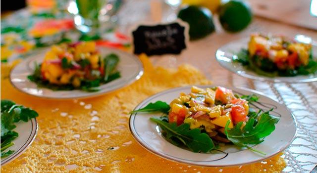 Plato de verdura para el banquete de una boda en la montaña