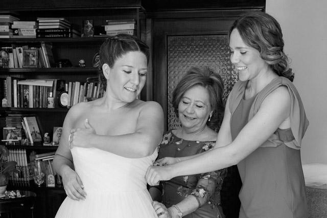 Famliares ayudando a la novia con los últimos detalles el día de su boda