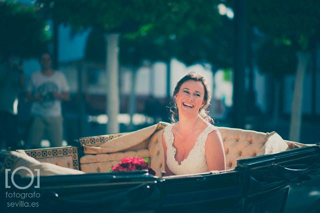 La llegada de la novia es toda una expectación al llegar al lugar de la ceremonia de su boda
