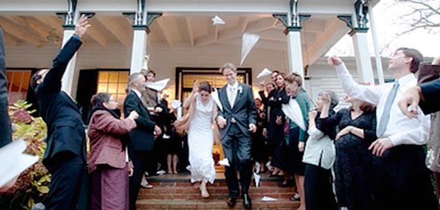 Lanzando aviones a los recién casados después de la ceremonia
