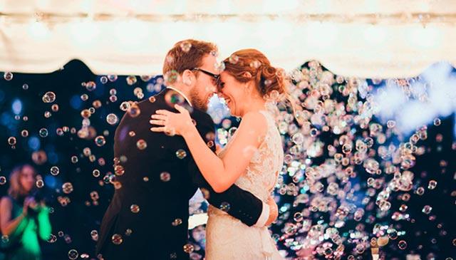 Sorpresa para los novios con pompas de jabón al terminar la ceremonia de boda