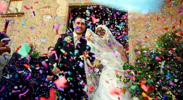 Lanzando confeti a los recién casados al salir de la iglesia