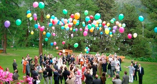 Lanzando globos al aire en una boda