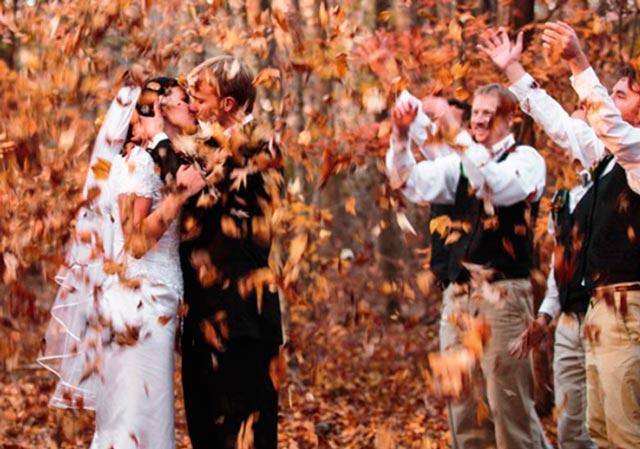 Lanzando hojas secas en una boda campestre o rural