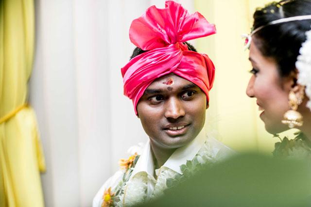 Pooj mira a Siva durante la ceremonia de la boda tradicional hindú
