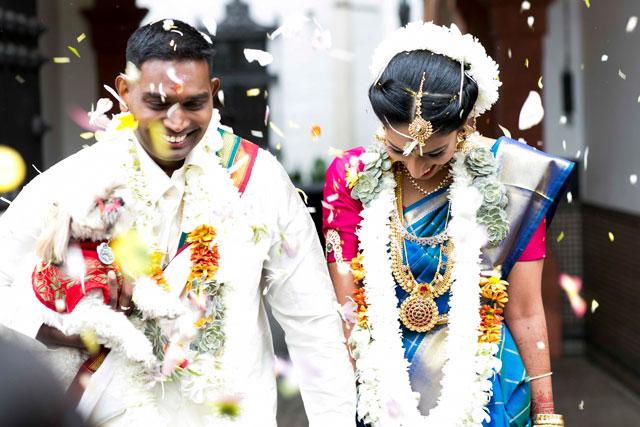 Pooj & Siva durante saliendo de la ceremonia, donde le espera toda su familia