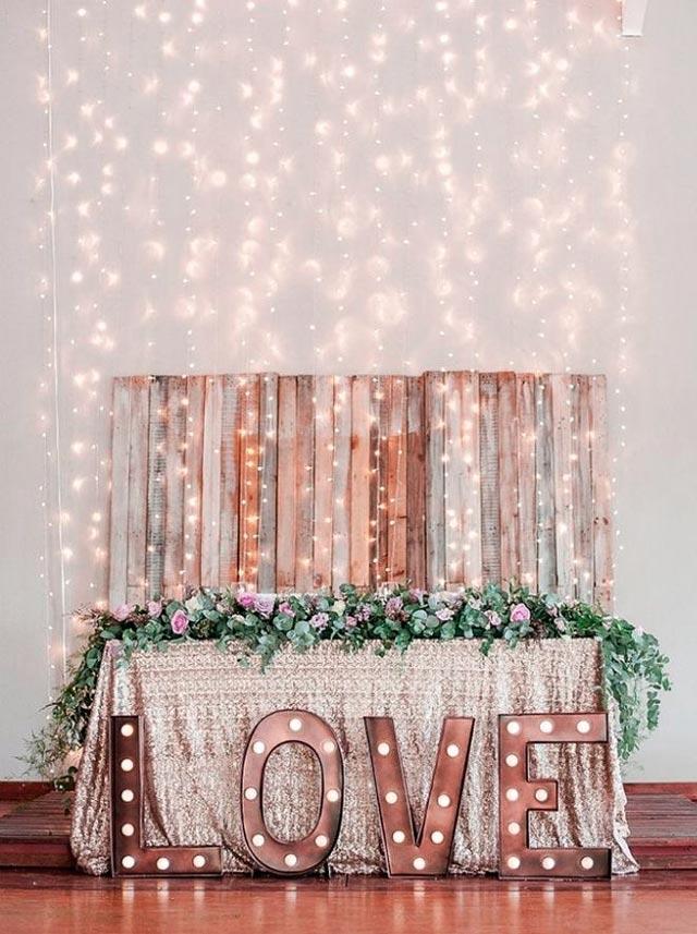 Mesa nupcial decorada con luces