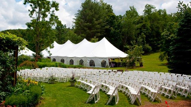 Las carpas son una magnífica opción para evitar riesgos por lluvia en durante el convite de una boda