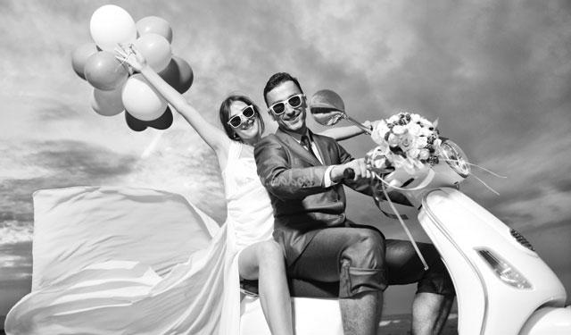 Un vehículo original para los novios en una boda