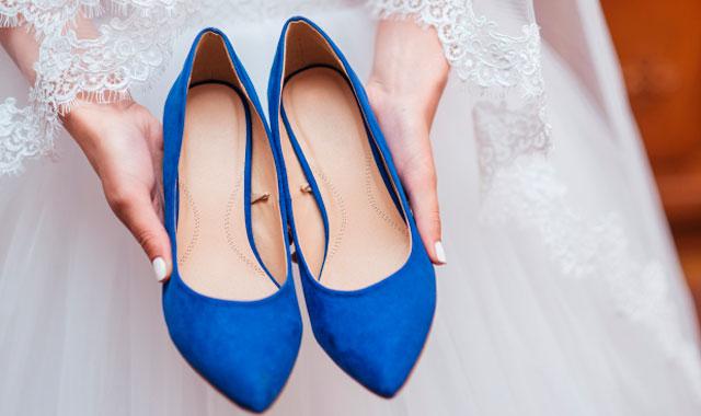 El significa de que la novia lleve algo azul el día de su boda