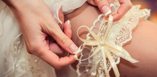 El significado de entregar la liga de la novia a las invitadas