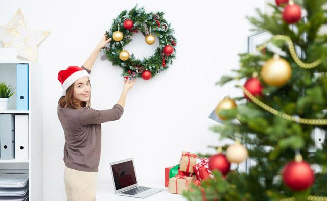 Decorando la oficina para la comida o cena de empresa en navidad