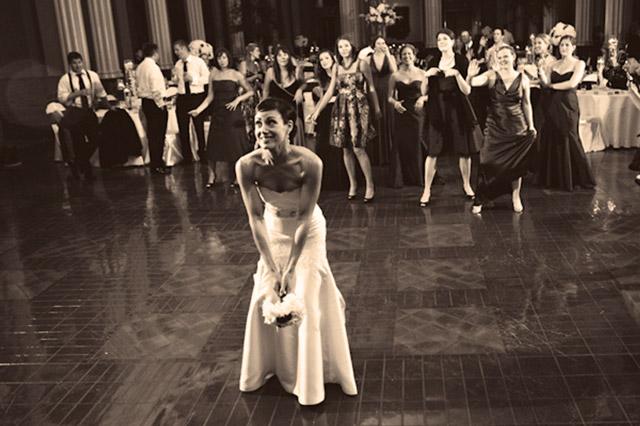 De dónde proviene la tradición de lanzar el ramo de novia