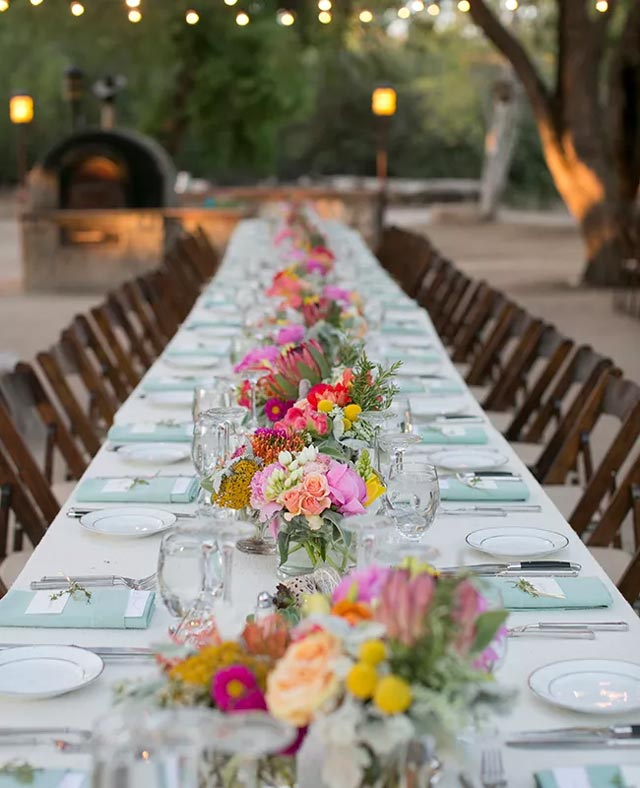 Otra mesa original y rústica de una boda celebrada en un entorno campestre