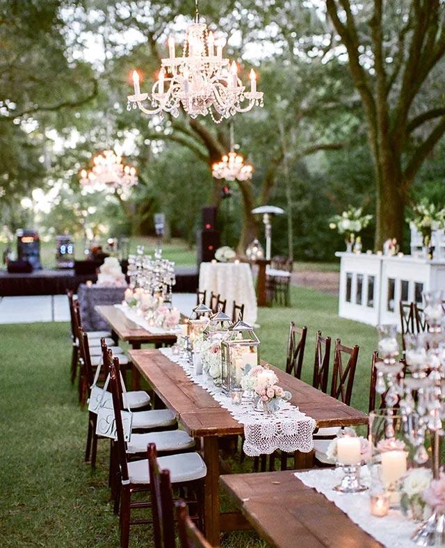 Mesa original de una boda en el bosque