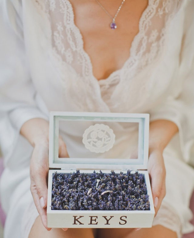 Detalle de cajita con flor de lavanda