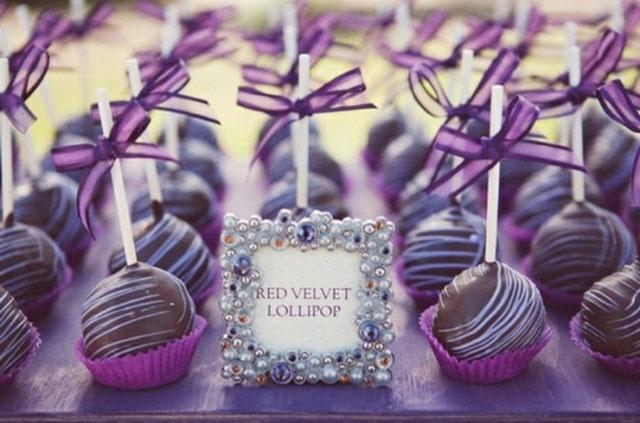 Mesa dulce con bombones decorados en lila