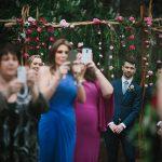 ¿Deberían nuestros invitados usar el móvil en nuestra boda?