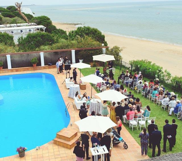 Una de nuestra bodas en la playa, por De boda con Ángela