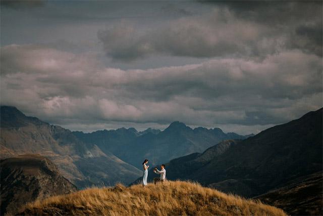 Pedida de manos en las montañas de Nueva Zelanda