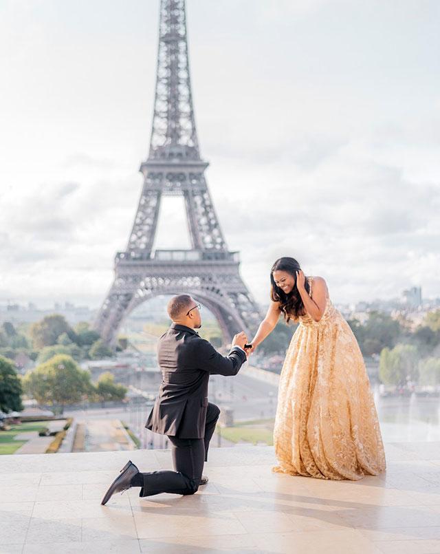 Pedida de manos frente a la Torre Eiffel, en París