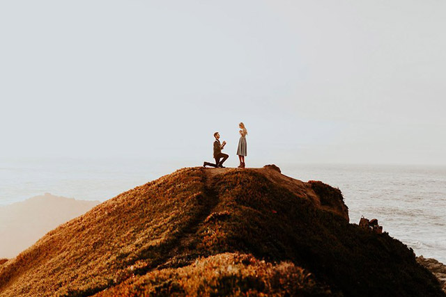 Pedida de manos en la cima de una montaña, frente al mar