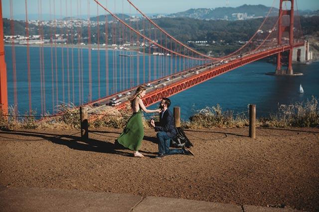 Pedida de manos frente al puente Golden Gate