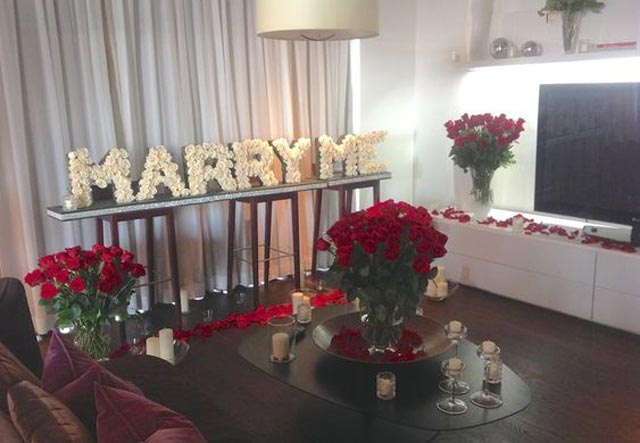 Idea para pedir matrimonio cuando tu pareja llega a su casa