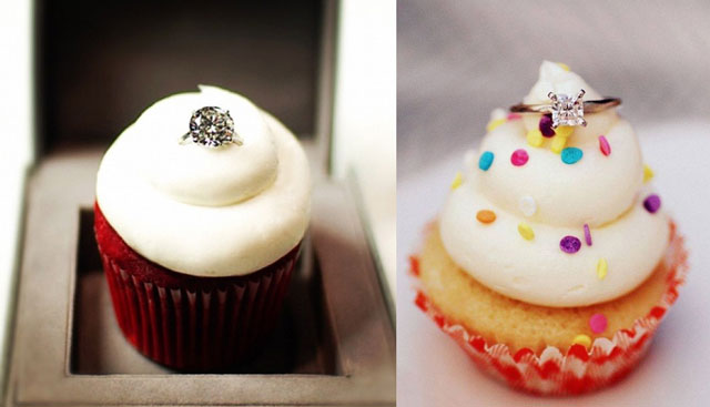 Pedir matrimonio mientras coméis unos pasteles