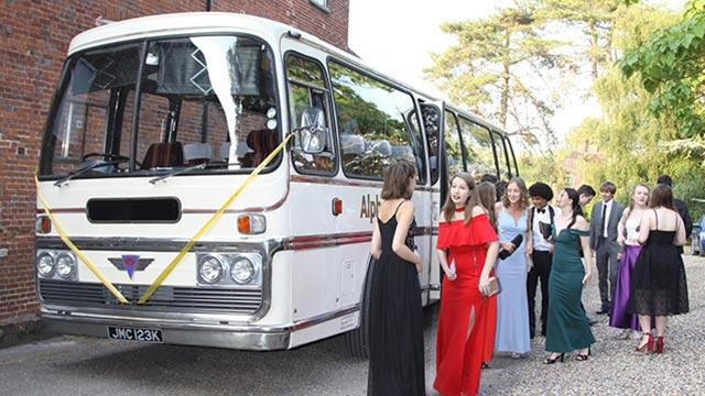 Razones por las que contratar un autocar para los invitados a nuestra boda