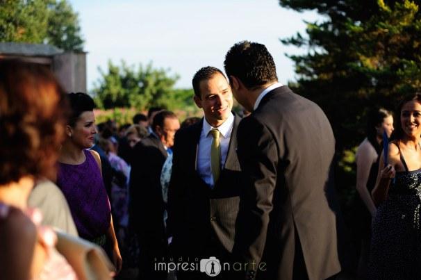 Los novios Raúl y Alicia recibiendo a los invitados a su boda