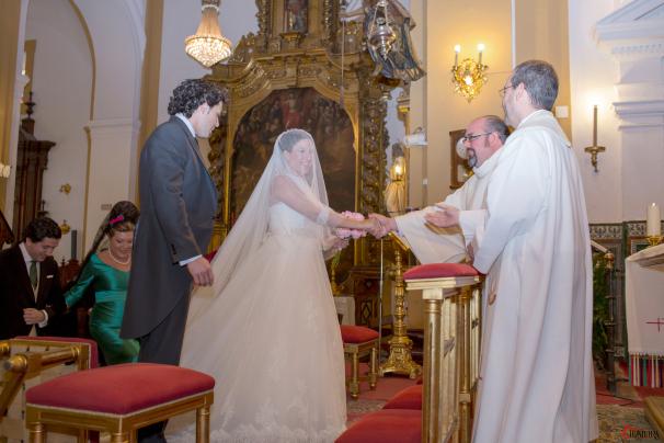 Momento de complicidad entre los novios y los dos sacerdotes