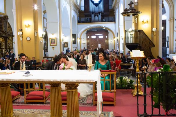 Los novios se besan durante la ceremonia