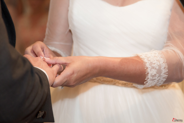 Ana, nuestra novia le pone al anillo a Antonio