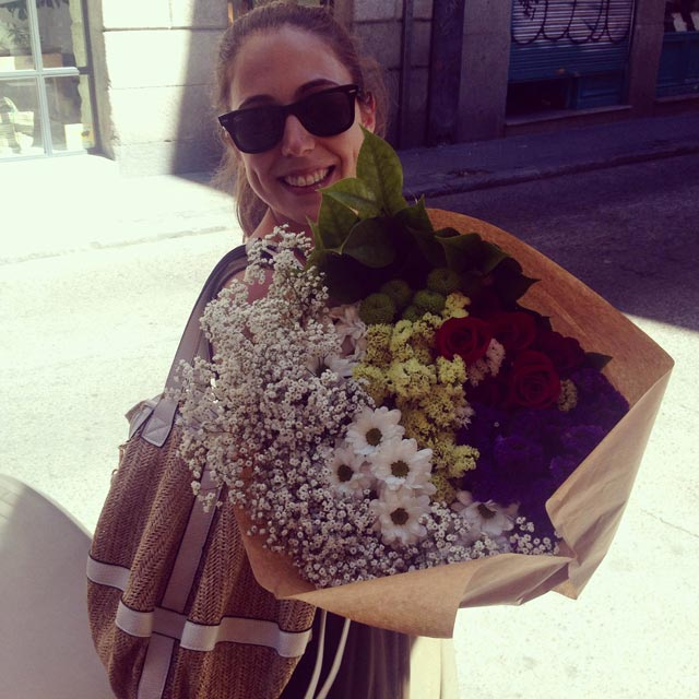 Nuestra compañera llega con las flores para decorar nuestro stand en Expo Mujer España