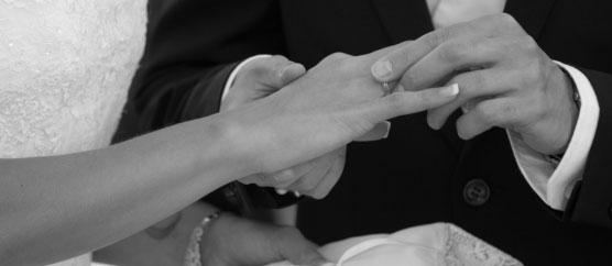 Javier y María se ponen sus anillos de casados