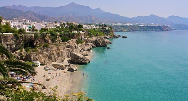 Las playas de Nerja son especiales para celebrar tu boda en la playa de Málaga