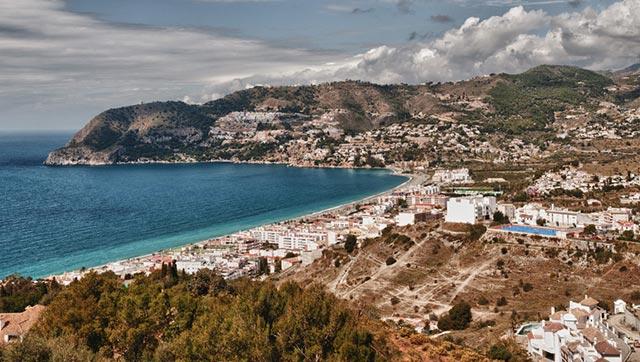 La playa de La Herradura, un lugar precioso para casarte en Granada