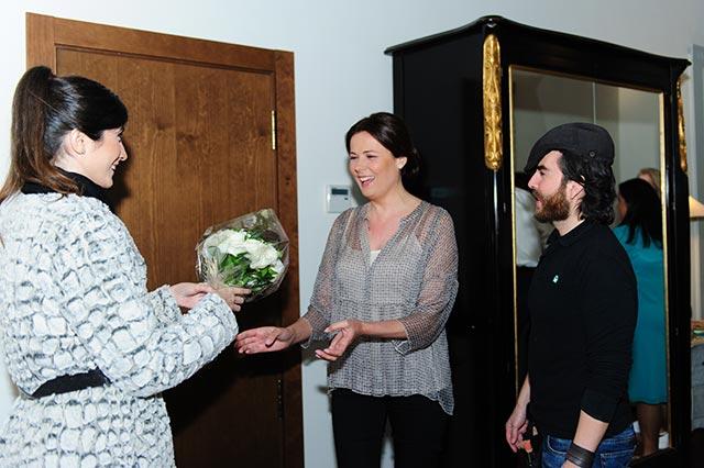 De boda con Ángela entregando el ramo de novia