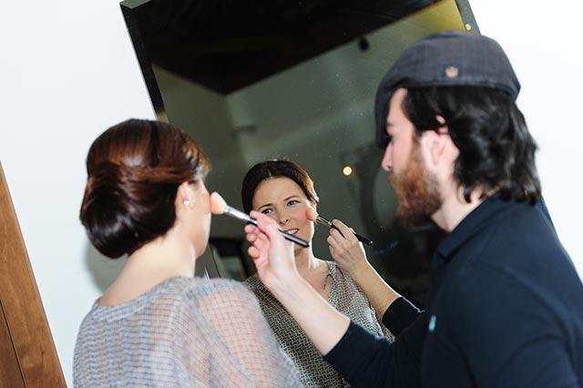 Javier Mascareña maquillando a nuestra novia