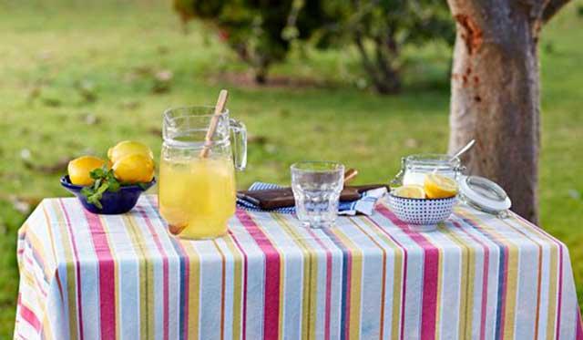 Mesa para refrescar a los invitados en una boda veraniega