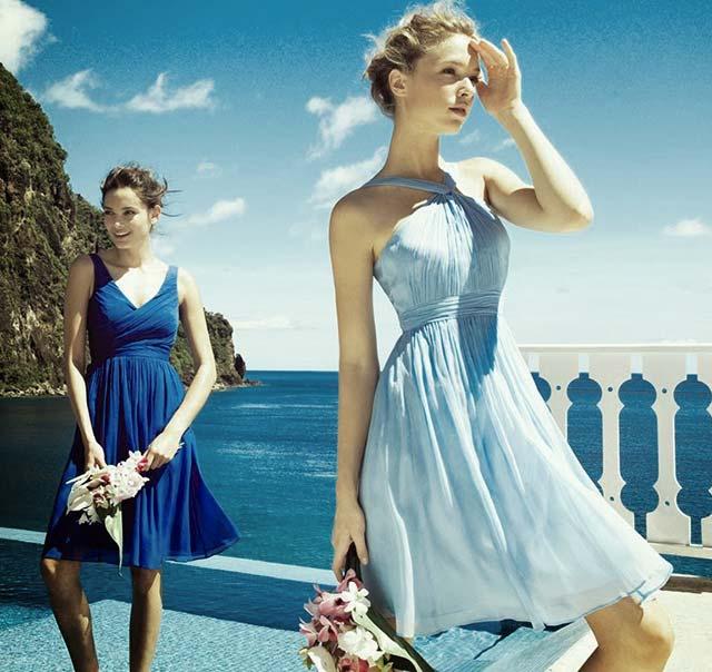 Vestidos cortos en tonos azules para asistir a una boda en la playa