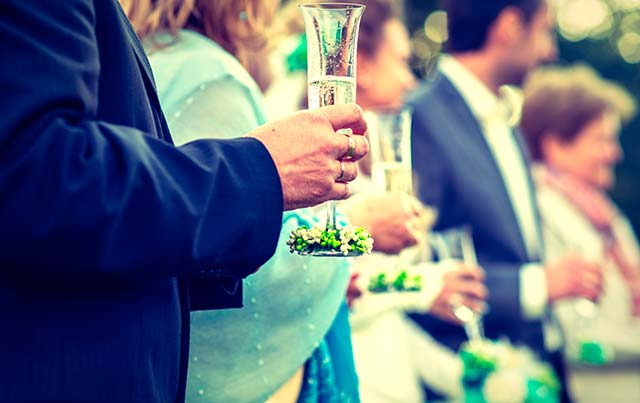 Invitados a una boda, durante el cóctel