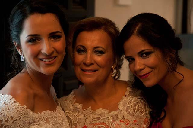 Carmen, nuestra novia, junto a su madre y su hermana