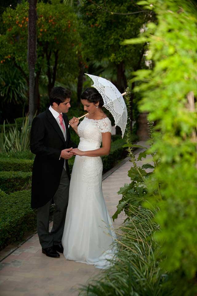 Carmen y Joaquín en los jardines del Hotel Alfonso XIII, en Sevilla