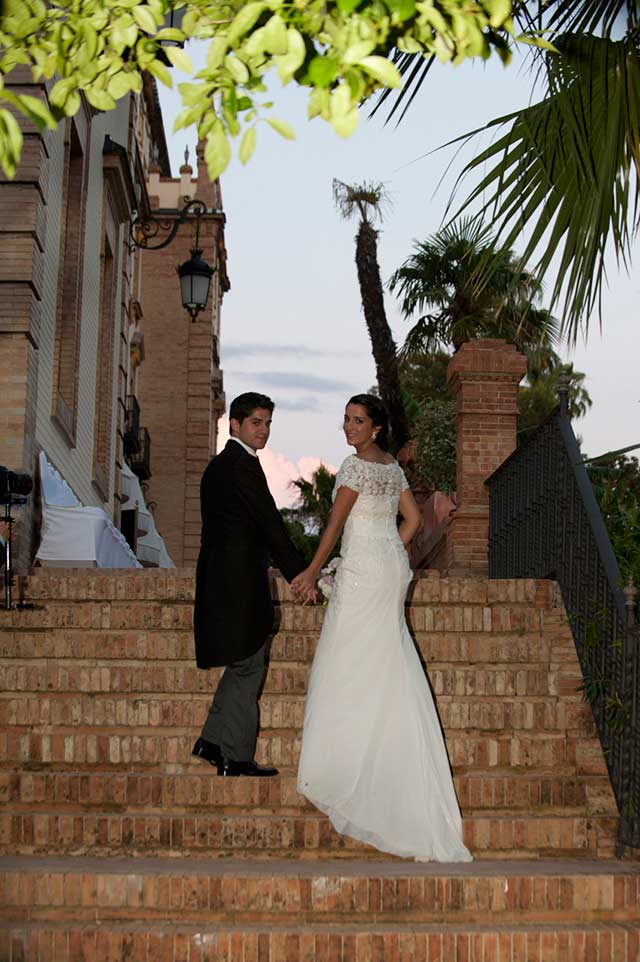 Nuestra pareja de novios subiendo las escaleras del Hotel Alfonso XIII