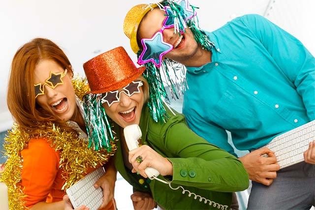 Foto divertida de emplead@s durante su cena de empresa en navidad
