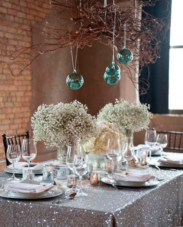 Otra mesa original con detalles navideños para una boda íntima en nochevieja