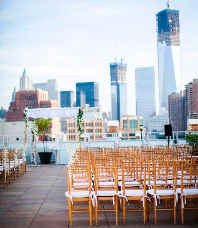 Celebración de boda con estilo cosmopolita en una terraza