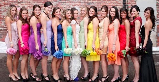 Invitadas posando con la novia, con colores divertidos según indica el protocolo de bodas